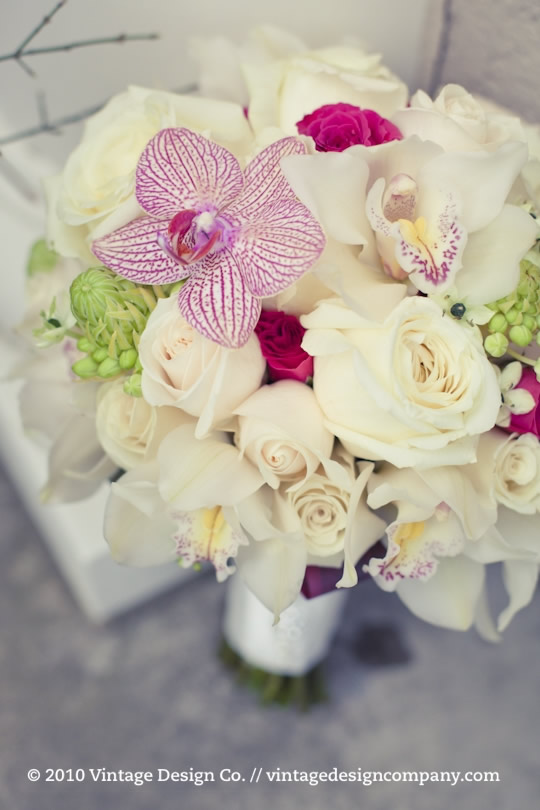 White and pink brides bouquet 1